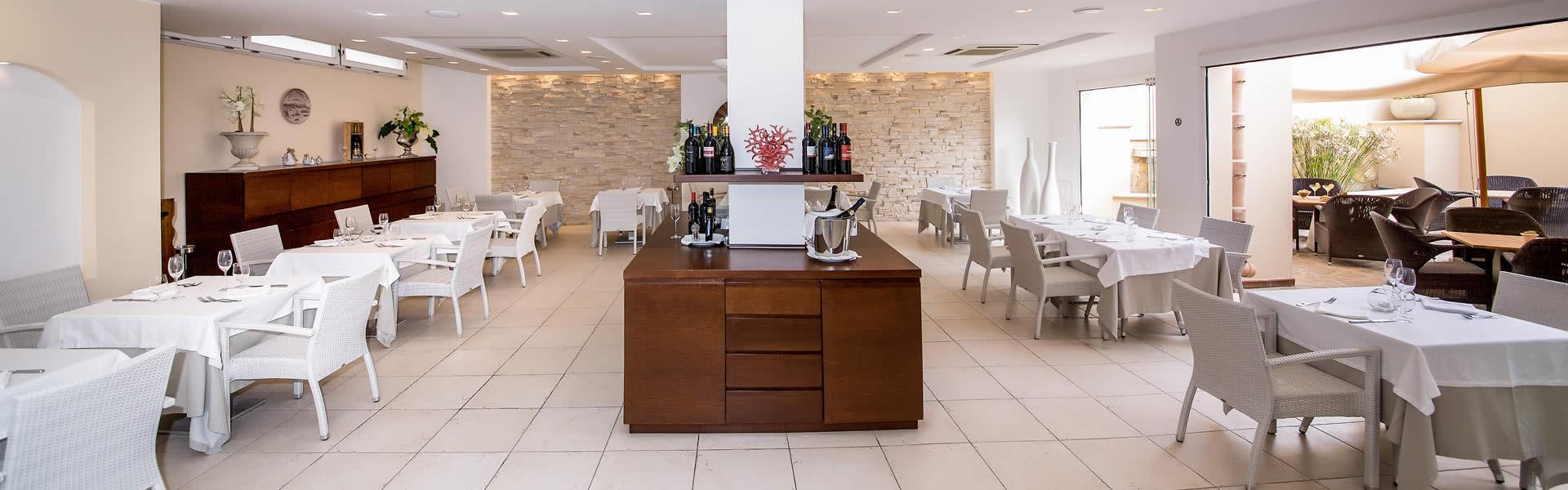 In un angolo suggestivo,  l'HTM  accoglie i suoi ospiti  per deliziarne i sensi con i tipici sapori della gastronomia mediterranea, o solo per poter gustare un aperitivo in pieno relax.