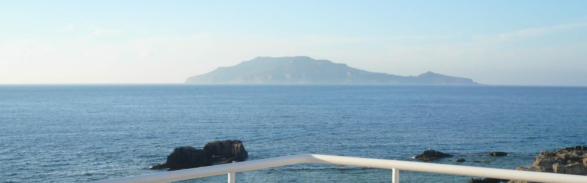 Deliziose camere con vista sul mare di Favignana da ammirare dalla finestra, ideale per una vacanza serena in un oasi di quiete tra cielo e mare.
